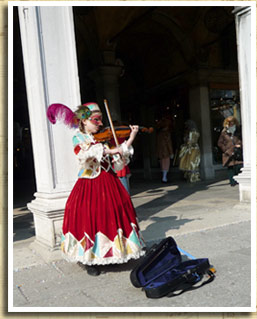Laura busking in Venice, dressed in her carnival costume